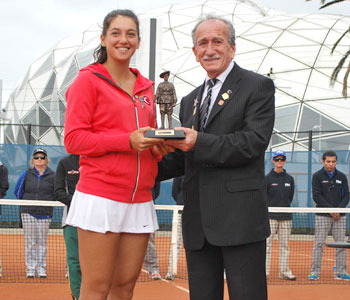 Gallipoli Youth Cup girls' champion Ipek Soylu (L) with Turgut Kacmaz, the son of the last Turkish veteran of Gallipoli; Tennis Australia